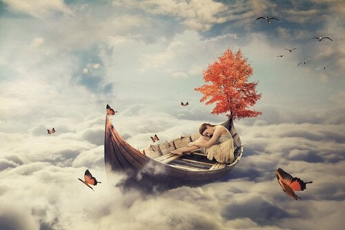Mulher em barco acima das nuvens