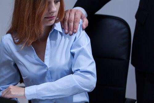 Mulher sendo assediada no trabalho