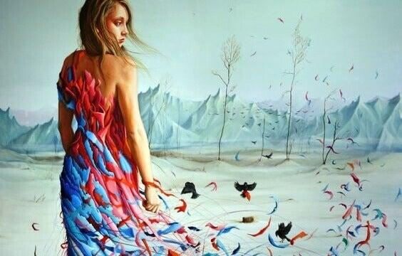 Mulher vestida de penas coloridas
