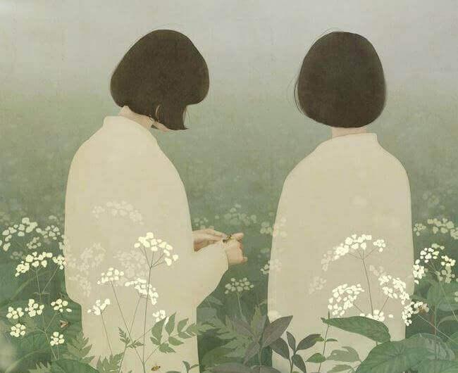 Amigas conversando em jardim de flores