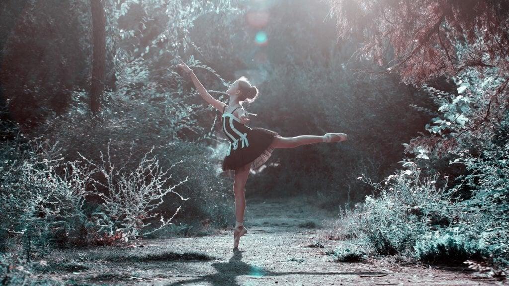 Bailarina dançando em bosque