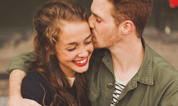 Casal feliz sorrindo
