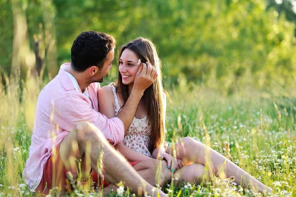 Casal apaixonado no campo