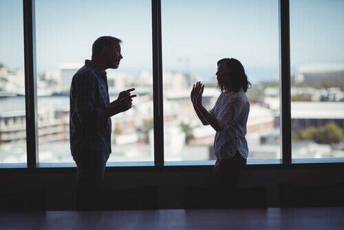 Casal discutindo sobre o relacionamento