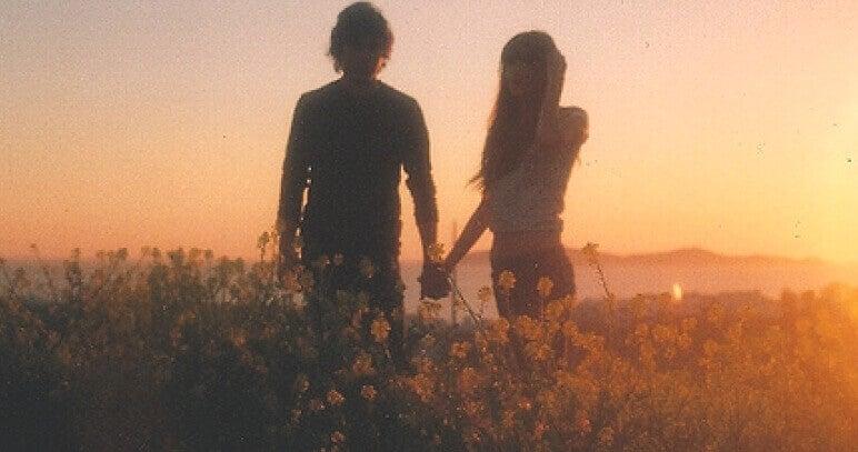 Casal jovem no campo