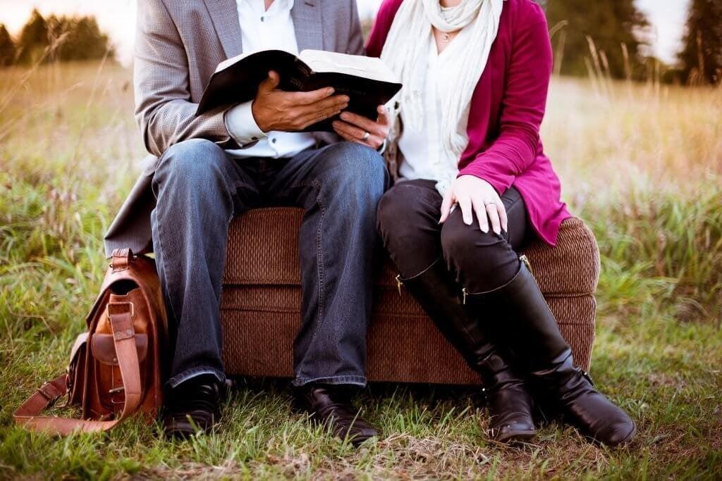 Casal lendo história de amor