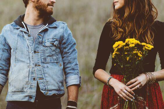 Casal se olhando no campo