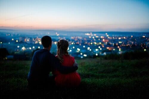 Casal observando paisagem