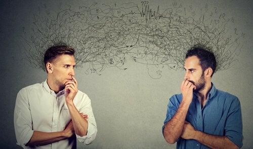 Dois homens envoltos por expectativas sociais