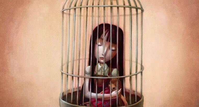 Menina presa em gaiola