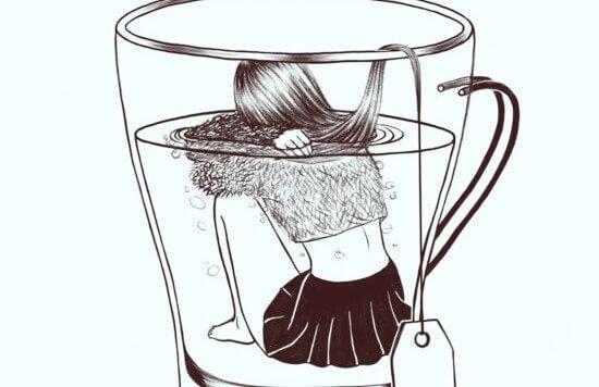 Menina sentada dentro de xícara