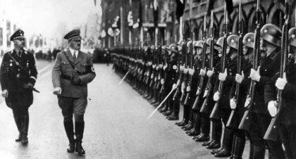 Hitler caminhando diante de soldados