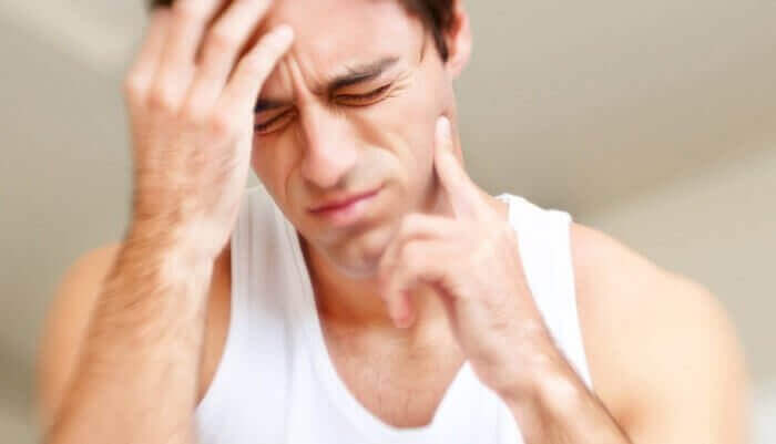 Homem com dor nos dentes
