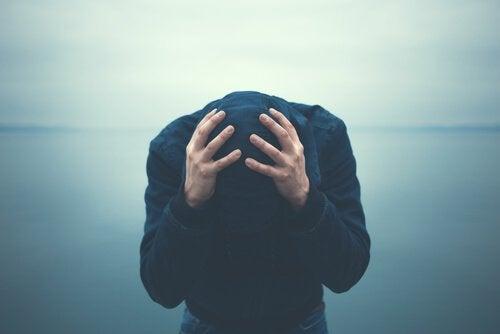 Homem sem saber como lidar com a ansiedade