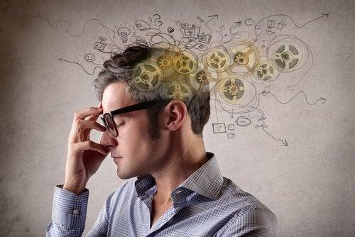 Homem pensando sobre a sua realidade