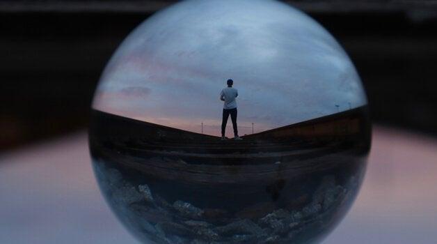 Homem dentro de esfera