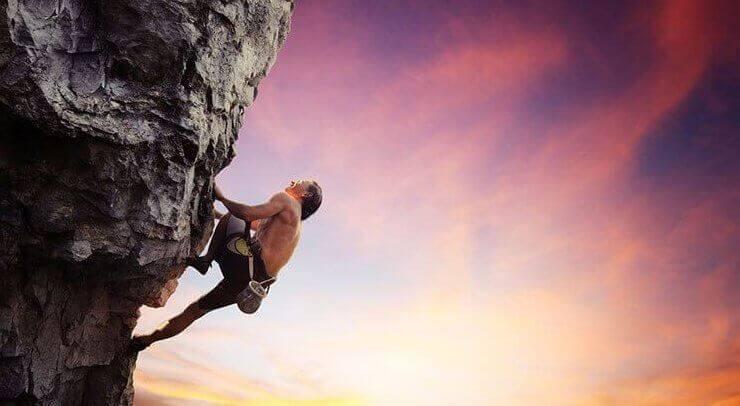 Homem escalando montanha