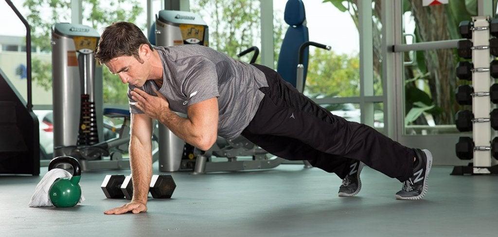 Homem fazendo exercícios em academia