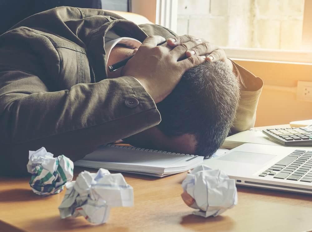 Homem frustrado e estressado no trabalho