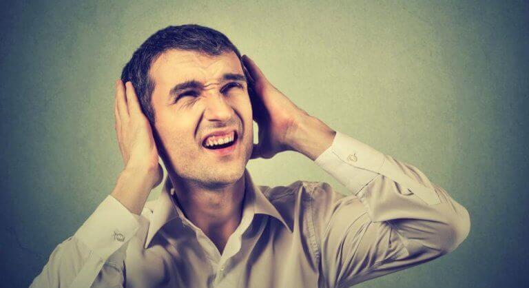 Homem incomodado com o barulho