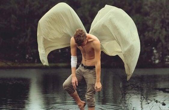 Homem sem camisa com asas
