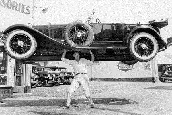 Homem levantando um carro
