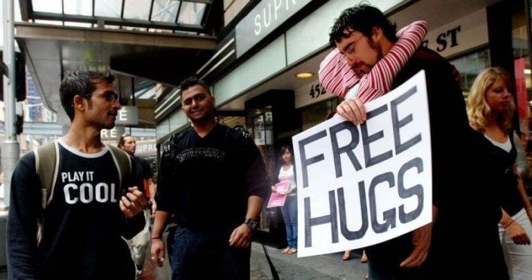 Pessoas oferecendo abraços gratuitos