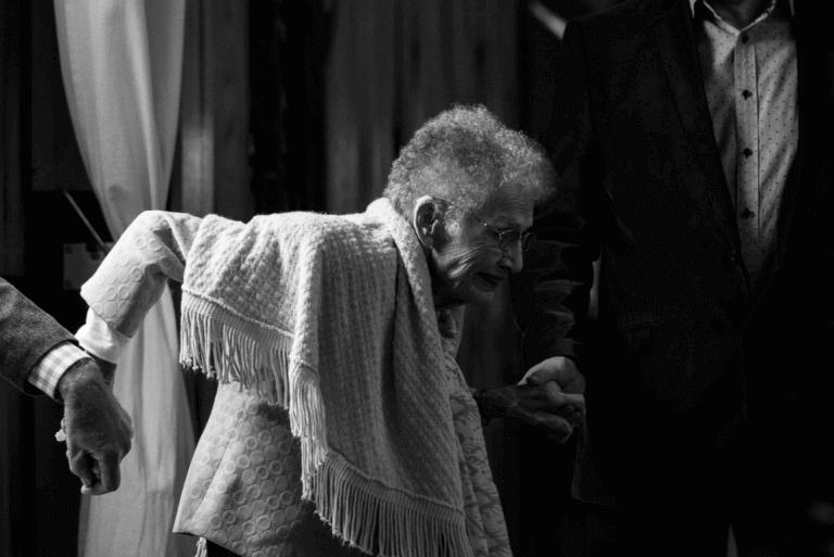 Senhora idosa com dificuldade para andar