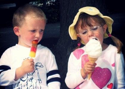 Menino com inveja do sorvete de sua amiga