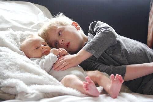 Menino com seu irmão mais novo