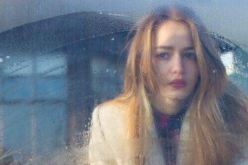 Mulher jovem sem saber lidar com as suas emoções