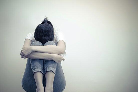 Mulher chorando sozinha