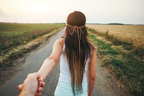 Menina guiando seu namorado por caminho