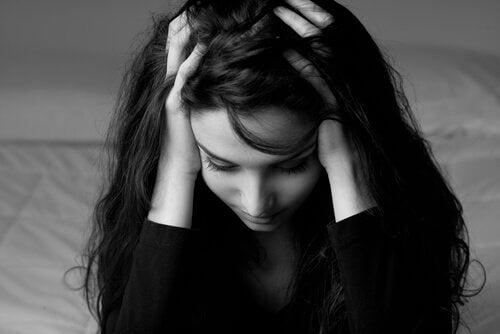 Mulher nervosa com a pressão da maternidade