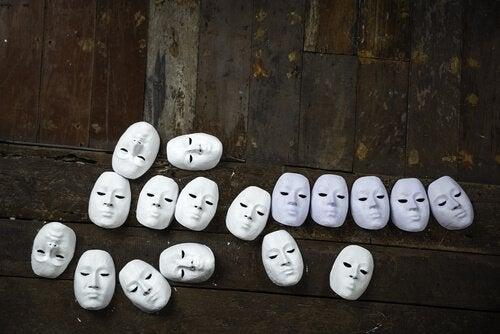 Máscaras no chão