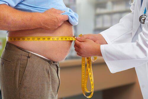 Médico tratando paciente com obesidade