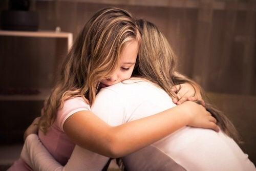 Menina abraçando sua mãe