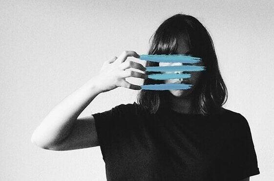 Mulher com rosto riscado em azul
