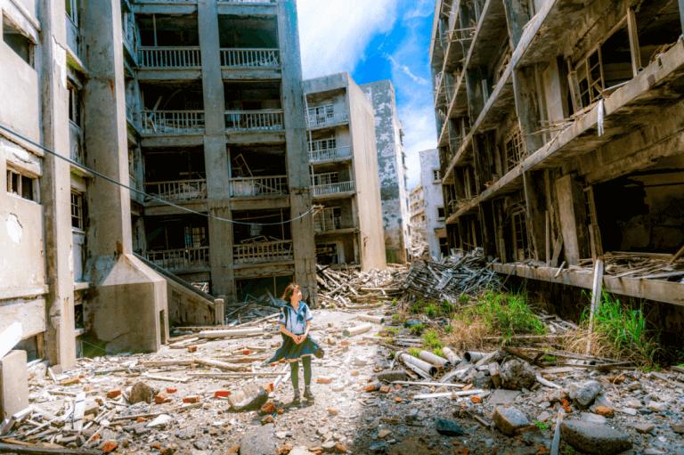 Menina observando cidade devastada pela guerra
