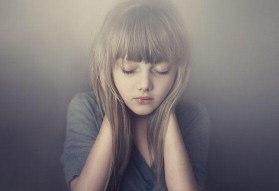Menina com dificuldade para expressar suas emoções