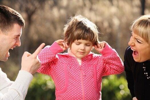 Os gritos impactam negativamente o cérebro das crianças