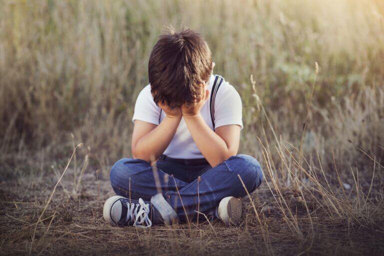 Menino triste e frustrado