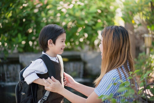 Mãe levando o filho para a escola