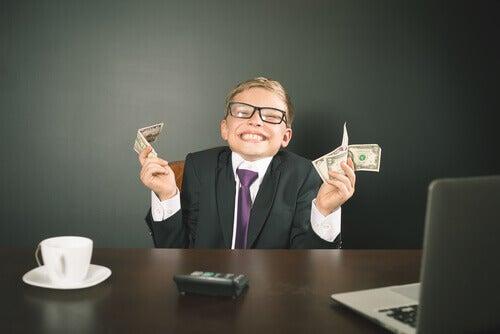 Criança com terno segurando dinheiro