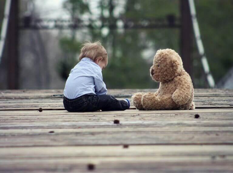 Criança com ursinho de pelúcia