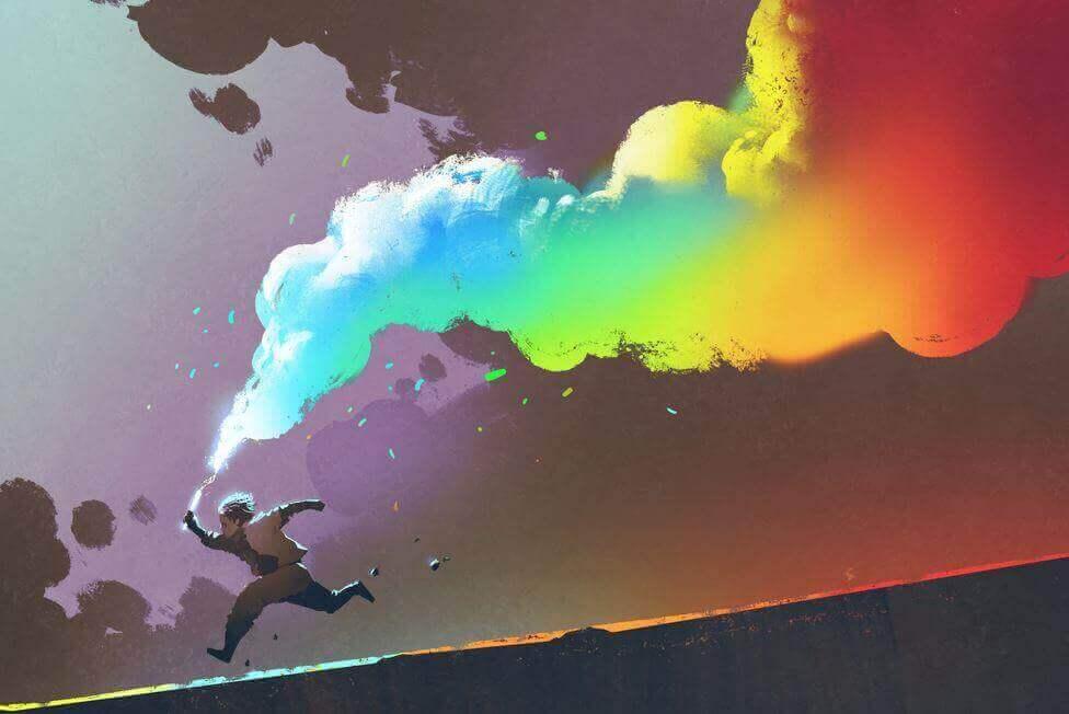 Menino correndo com fumaça colorida