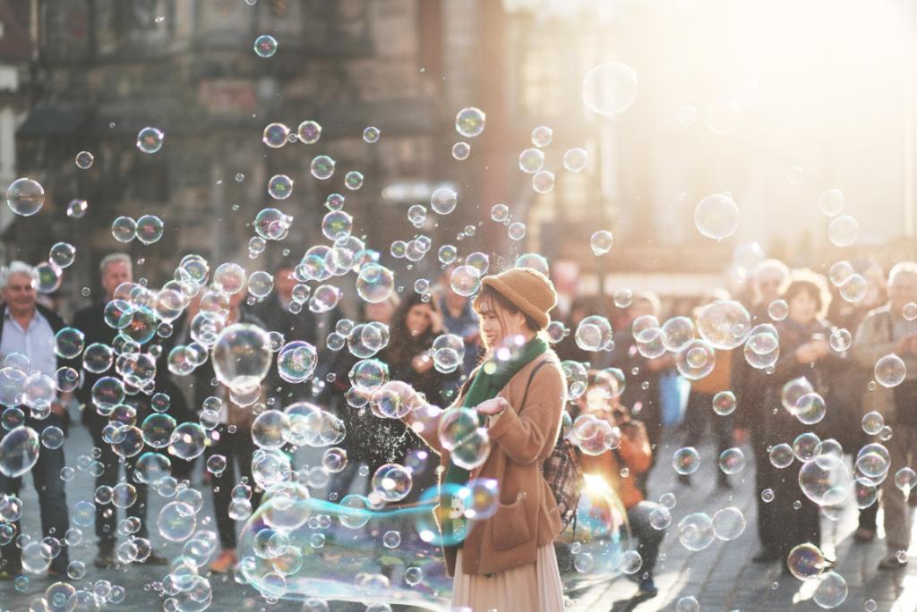 Mulher brincando com bolhas de sabão