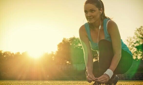 Mulher fazendo exercícios ao ar livre