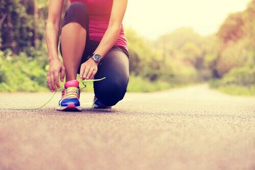 Mulher que pratica exercícios regularmente