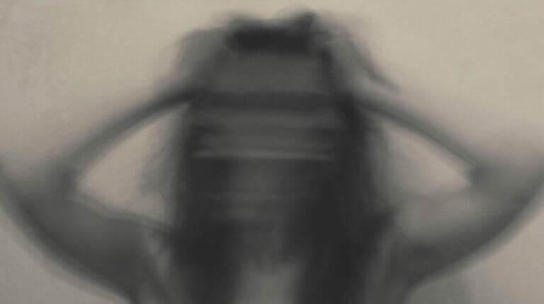 Mulher sofrendo de crise de abstinência